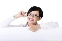 Junge Geschäftsfrau, die unbelegtes Schild zeigt Stockfoto