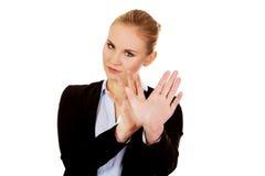 Junge Geschäftsfrau, die versucht, sich zu schützen Stockfotografie