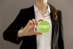 Junge Geschäftsfrau, die virtuellen Knopfanfang hält Neuer Anfang, Anfang, Geschäftskonzept Lizenzfreie Stockbilder