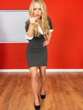 Junge Geschäftsfrau, die zeigend steht Lizenzfreies Stockfoto