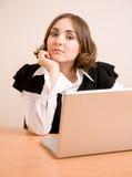 Junge Geschäftsfrau, die zur Kamera schaut Stockfotografie