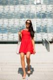 Junge Geschäftsfrau draußen an einem Sommertag Stockfoto