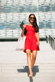 Junge Geschäftsfrau draußen an einem Sommertag Stockbilder