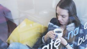 Junge Geschäftsfrau Drinking Coffee und mit Tablet stock video