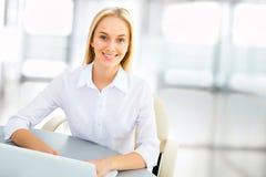 Junge Geschäftsfrau in einem Büro Stockbilder