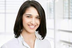 Junge Geschäftsfrau in einem Büro Stockfoto