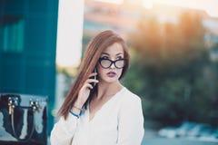 Junge Geschäftsfrau in einer Stadt lizenzfreies stockfoto