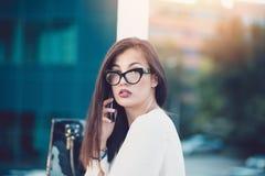 Junge Geschäftsfrau in einer Stadt stockfotos