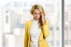 Junge Geschäftsfrau-Gefühlskopfschmerzen Lizenzfreies Stockbild