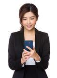 Junge Geschäftsfrau gelesen auf dem Mobiltelefon lizenzfreie stockfotos