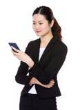 Junge Geschäftsfrau gelesen auf Smartphone lizenzfreies stockfoto