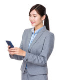 Junge Geschäftsfrau gelesen am Handy stockbild