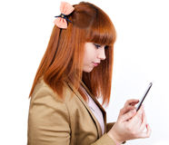 Junge Geschäftsfrau genießt einen Tablette PC Stockfoto