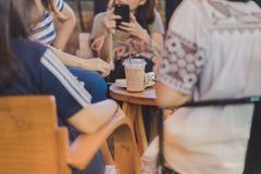 Junge Geschäftsfrau haben die schöne Zeit lizenzfreie stockbilder