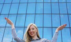 Junge Geschäftsfrau Happines und sattuisfied Lizenzfreie Stockfotos