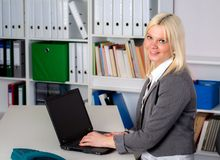 Junge Geschäftsfrau im Büro Stockbild