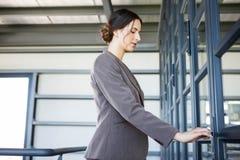 Junge Geschäftsfrau im Büro Stockfotografie