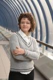 Junge Geschäftsfrau im Büro Stockfotos
