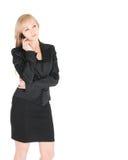 Junge Geschäftsfrau im Schwarzen mit dem smartphone, das über weißem Hintergrund aufwirft Stockfotografie