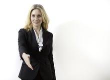 Junge Geschäftsfrau ist betriebsbereit, ein Abkommen zu bilden lizenzfreie stockfotos