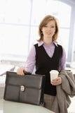 Junge Geschäftsfrau kam zum Büro an Stockbilder