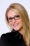 Junge Geschäftsfrau lächelt an der Kamera. Lizenzfreies Stockbild