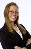 Junge Geschäftsfrau lächelt sicher an der Kamera Stockbilder