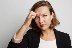 Junge Geschäftsfrau machte einen Fehler, Studiofoto auf einem weißen Hintergrund Lizenzfreie Stockbilder