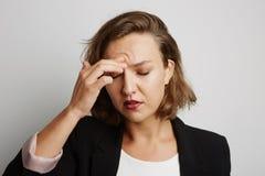 Junge Geschäftsfrau machte einen Fehler, Studiofoto auf einem weißen Hintergrund Stockfotografie