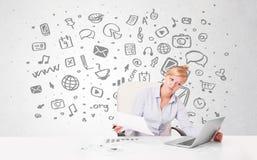 Junge Geschäftsfrau mit aller Art von Hand gezeichnete Medienikonen in b Lizenzfreie Stockfotos