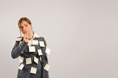 Junge Geschäftsfrau mit Aufklebern auf ihrer Klage Stockfotos