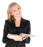 Junge Geschäftsfrau mit Buch über weißem Hintergrund Stockbild