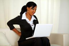 Junge Geschäftsfrau mit den rückseitigen Schmerz Lizenzfreie Stockfotos