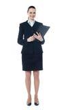 Junge Geschäftsfrau mit einem Dokumentenfaltblatt lizenzfreie stockfotos