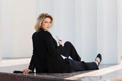 Junge Geschäftsfrau mit einem Handy Stockfoto