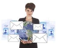 Junge Geschäftsfrau mit Erd- und E-Mail-Symbolen Lizenzfreies Stockfoto