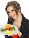 Junge Geschäftsfrau mit fünf eine Tageslebensmittel-Auswahl Lizenzfreie Stockfotografie