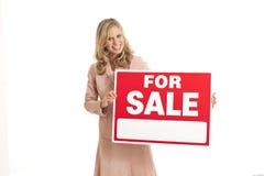 Junge Geschäftsfrau mit für Verkaufszeichen stockfoto