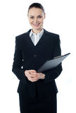 Junge Geschäftsfrau mit Faltblatt stockbild