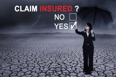 Junge Geschäftsfrau mit Frage von Anspruchsversicherten Lizenzfreie Stockbilder