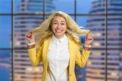 Junge Geschäftsfrau mit Gefühlen des Glückes Stockbild