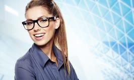 Junge Geschäftsfrau mit Gläsern stockfoto