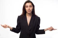 Junge Geschäftsfrau mit ihren Armen ausgestreckt stockfotografie