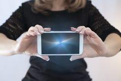 Junge Geschäftsfrau mit intelligentem Telefon Lizenzfreies Stockbild