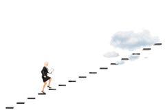 Junge Geschäftsfrau mit Klemmbrett gehend in Richtung zu den Höhen Stockfoto