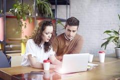Junge Geschäftsfrau mit Partnerleuten trat zusammen zusammen und besprach kreative Idee im Büro Unter Verwendung des modernen Lap Stockfotos