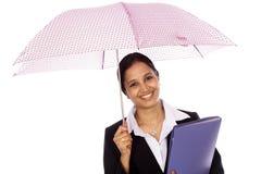 Junge Geschäftsfrau mit Regenschirm Stockfotografie