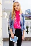Junge Geschäftsfrau mit Tablet-Computer draußen Lizenzfreie Stockbilder