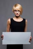 Junge Geschäftsfrau mit unbelegtem Vorstand. Copyspace Stockbilder