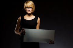 Junge Geschäftsfrau mit unbelegtem Vorstand. Copyspace Lizenzfreie Stockfotos